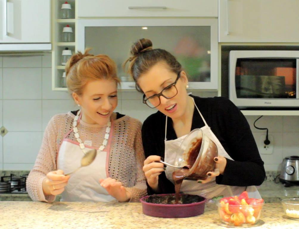 Rebecca e Pamela fazendo torta de chocolate com morango e oreo