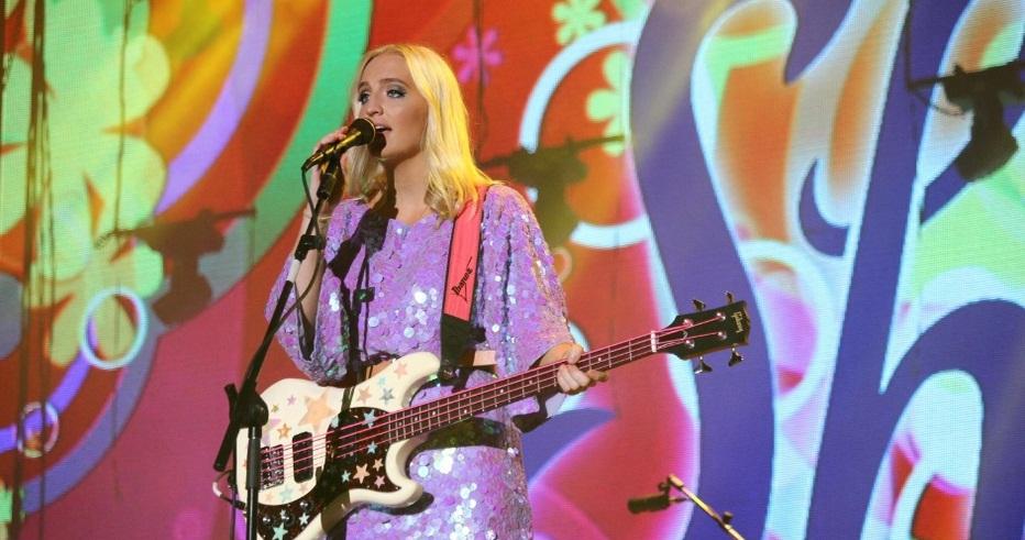 Esse vestido de paetês da baixista da banda combinou com o tom de pele da garota. Foto: Divulgação.