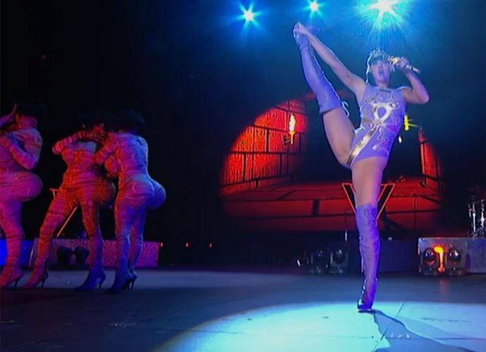 Com algumas mudanças do look anterior, ainda de Cleópatra, Katy arrasa e vai até o chão em Kissed a Girl. Foto: Gshow.