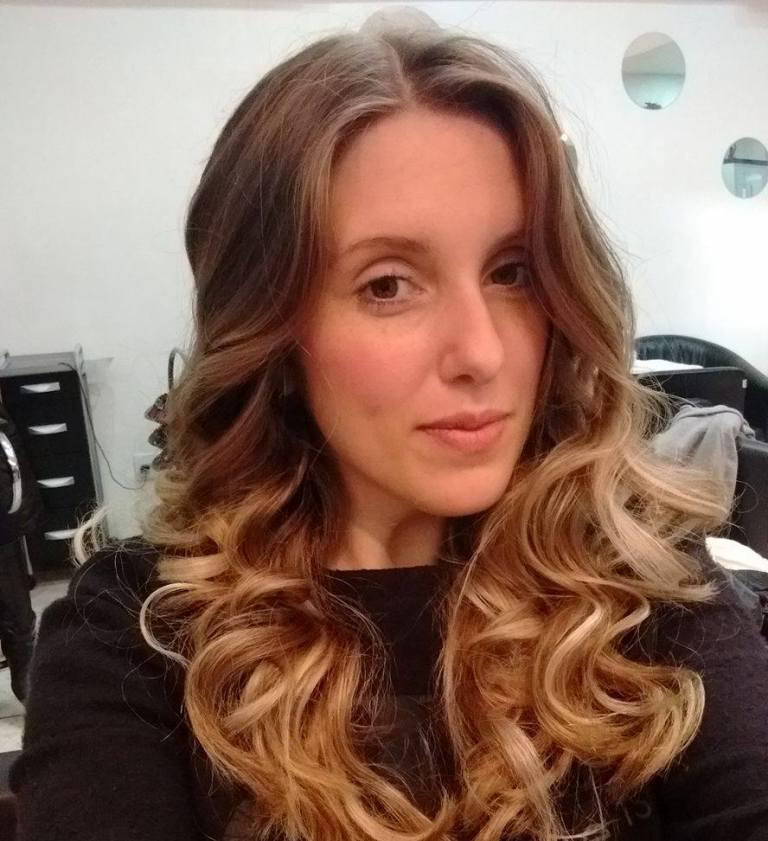 Pâmela com cabelo loiro e ombre hair