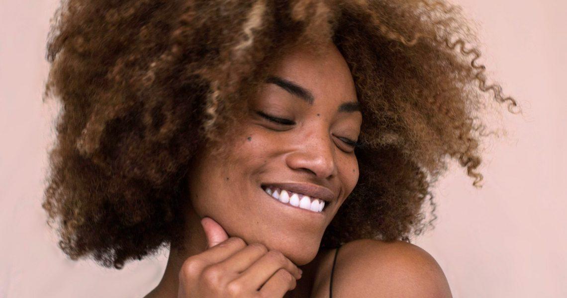 Como os afrodescendentes foram afetados com a ditadura do cabelo liso