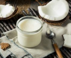 Umectação com óleo de coco: hidrata ou prejudica os cabelos?